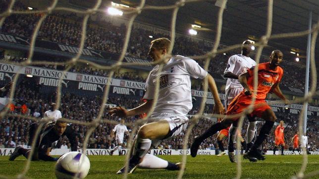 Frederik Kanoute bate a Paul Robinson, meta del Tottenham, durante la vuelta de cuartos de la Copa de la UEFA 2007 en White Hart Lane