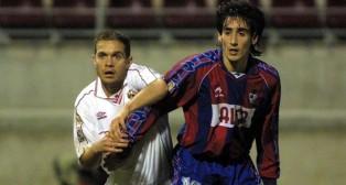 Tevenet pelea con el eibarrés Olano en el Eibar-Sevilla de 2001