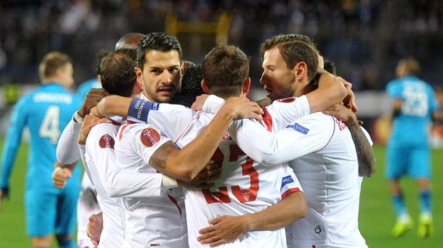 Los sevillistas celebran un gol en el Petrovsky Stadium