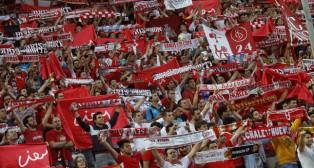 Aficionados del Sevilla en la grada de Gol Norte del Sánchez-Pizjuán (Foto: EFE)