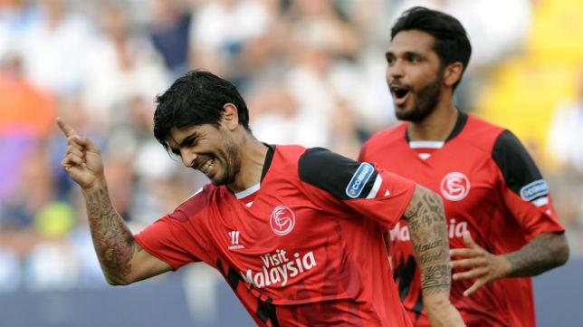 Éver Banega celebra el segundo gol del Sevilla en La Rosaleda