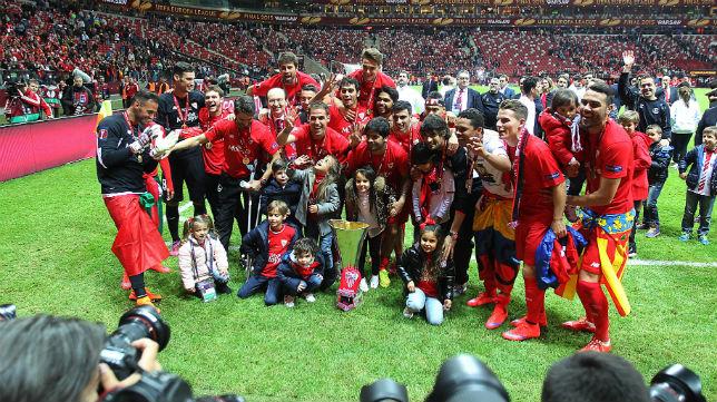 Los jugadores del Sevilla celebran el título logrado en Varsovia (Foto: Raúl Doblado)