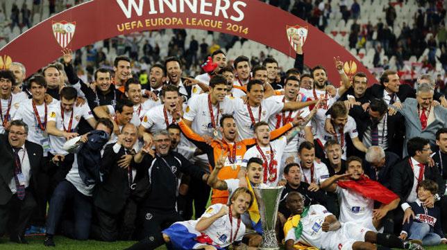 El Sevilla celebra la UEFA Europa League conseguida el pasado año en Turín (Foto: ABC)