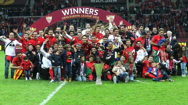 Jugadores y técnicos del Sevilla celebran el título logrado ante el Dnipro (Foto: Raúl Doblado)