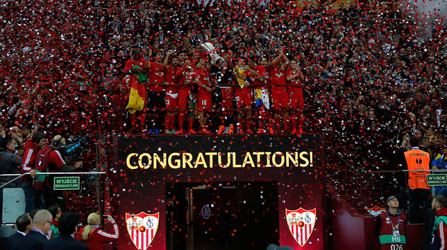 Los jugadores del Sevilla FC levantan la copa de la Europa League en el estadio Nacional de Varsovia