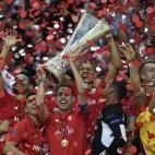 Fernando Navarro levanta la copa de campeón de la Liga Europa (Reuters).