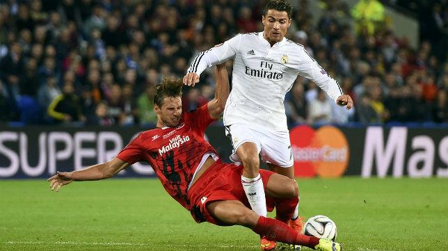 Krychowiak arrebata un balón a Cristiano Ronaldo en la Supercopa de Europa