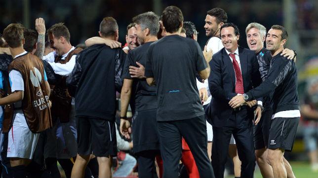 Unai Emery, junto a los integrantes del banquillo del Sevilla FC, celebra uno de los goles de su equipo en el Artemio Franchi ante la Fiorentina