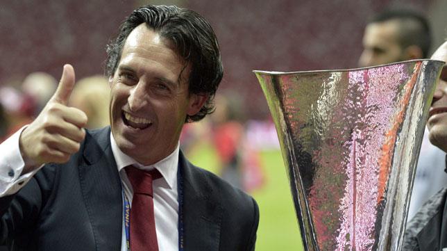 Unai Emery, con la copa de la UEFA Europa League