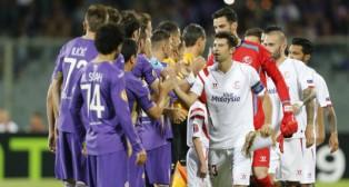 Los jugadores de la Fiorentina y del Sevilla FC se saludan antes del partido en el Artemio Franchi