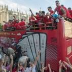 Jugadores y técnicos del Sevilla celebran el título europeo con sus aficionados (Foto: J. J. Úbeda)