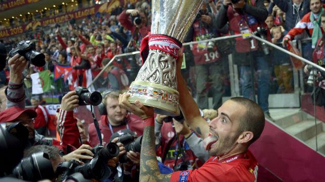Aleix Vidal, con la copa de la Europa League en Varsovia