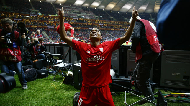 Bacca celebra en la final de Varsovia el tercer gol del Sevilla al Dnipro