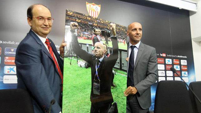 El presidente José Castro, junto a Monchi el día que se anunció la renovación del director deportivo (foto: Raúl Doblado)