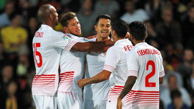 Los jugadores del Sevilla felicitan a Vitolo por su gol en el amistoso ante el Watford (foto: AFP)