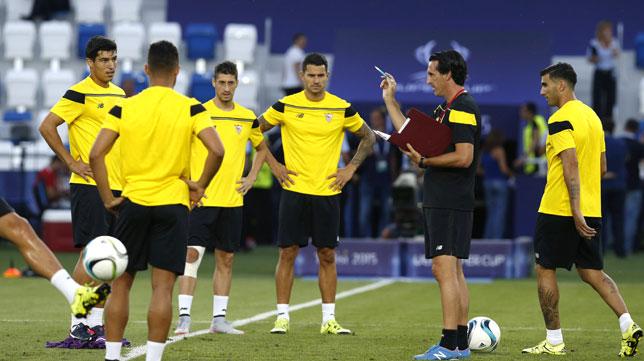 Emery da instrucciones en el entrenamiento previo a la Supercopa (foto: AFP)