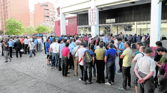 Imagen de colas recientes en las taquillas del Ramón Sánchez-Pizjuán (Foto: J. Spínola)