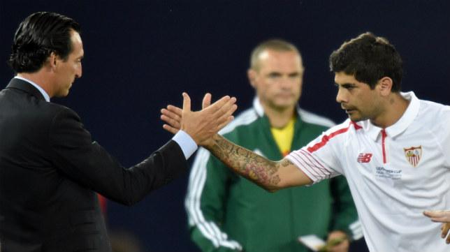 Emery felicita a Banega tras el gol del argentino en el estadio Boris Paichadze en la Supercopa de Europa
