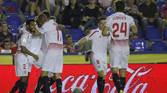 Nzonzi, felicitado por su gol en el partido Levante-Sevilla (foto: EFE)