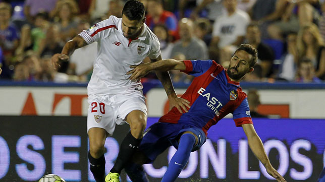 Vitolo, en un lance del partido Levante-Sevilla (foto: EFE)