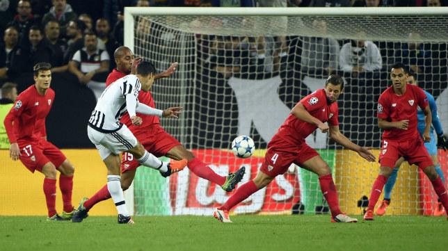 Morata tira a portería en el Juventus-Sevilla FC del año pasado