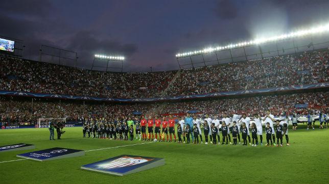 Sevilla y Borussia forman antes del partido de la Champions disputado en el Sánchez-Pizjuán (Foto: J. M. Serrano)