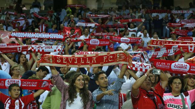La afición anima durante el partido de Champions entre el Sevilla y el Borussia Mönchengladbach (FOTO:  J. M. SERRANO)