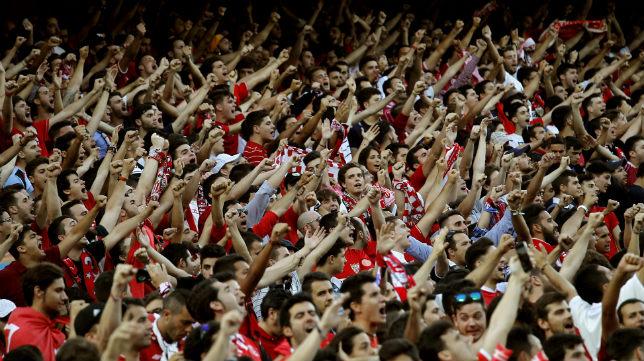 La afición del Sevilla FC anima en el Sánchez-Pizjuán