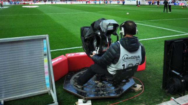 Imagen de un operador de cámara durante un encuentro en el estadio Ramón Sánchez-Pizjuán