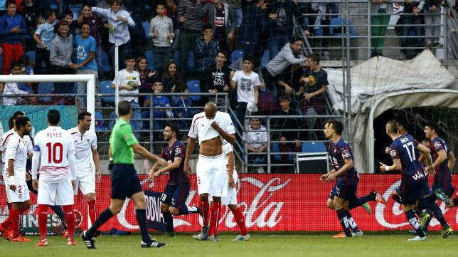 Los jugadores del Eibar celebran el 1-0 de Borja Bastón