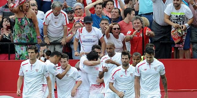 Los jugadores sevillistas celebran el gol de Iborra