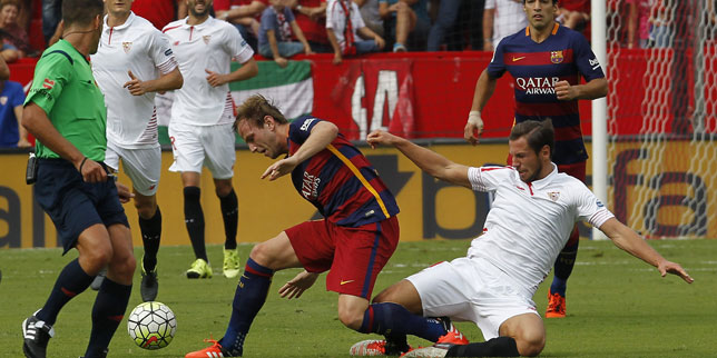 Krychowiak se lanza a por el balón ante Rakitic en el Sevilla-Barcelona de 2015-2016