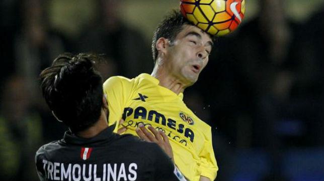 Tremoulinas intenta robar un balón en el Villarreal-Sevilla