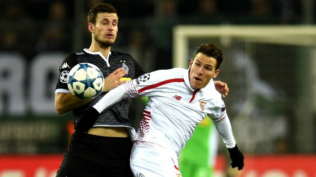 Gameiro pugna por un balón durante el Borussia-Sevilla FC
