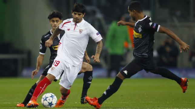 Banega conduce el balón durante el Borussia-Sevilla FC