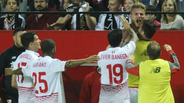 Los jugadores del Sevilla Fc celebran el tanto de Immobile al Real Madrid