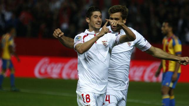 Escudero celebra con Llorente el gol logrado ante el Valencia (Foto: Raúl Doblado)
