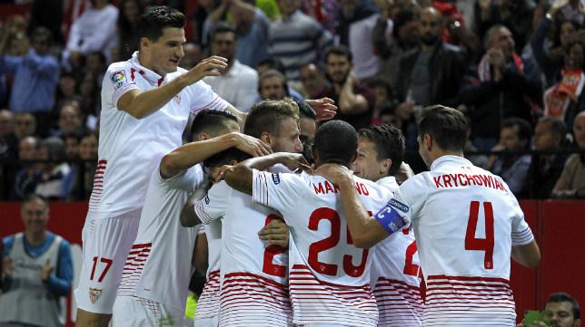 Varios jugadores celebran un gol en el Sevilla FC-Real Madrid