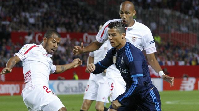 Mariano y Nzonzi, ante Cristiano Ronaldo, en el Sevilla FC-Real Madrid