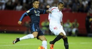 Mariano lucha con Cristiano Ronaldo, en el Sevilla FC-Real Madrid