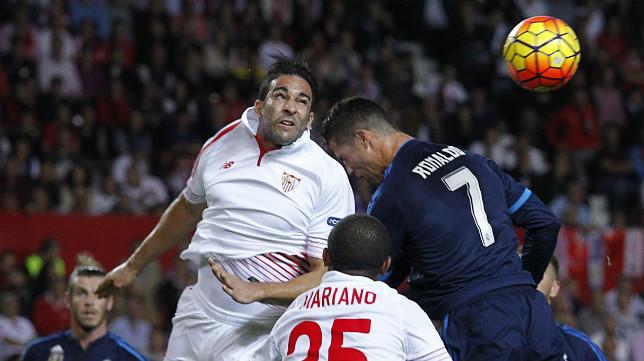 Rami salta con Cristiano Ronaldo, en el Sevilla FC-Real Madrid