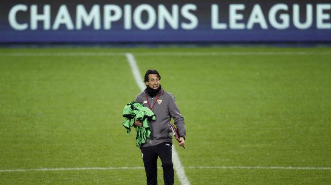 Emery, en el césped del Borussia Park (Foto: Afp)