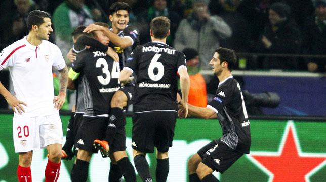 Vitolo observa cómo los jugadores alemanes celebran un gol (Foto: EFE).