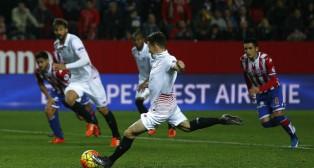 Gameiro marca de penalti ante el Sporting