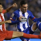 Kolo pugna por el balón con Lucas Pérez en el Deportivo-Sevilla FC