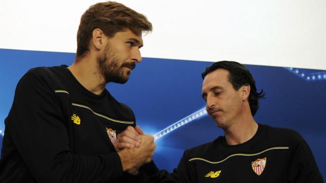 Emery y Llorente se saludan en la rueda prensa previa al Sevilla FC-Juventus
