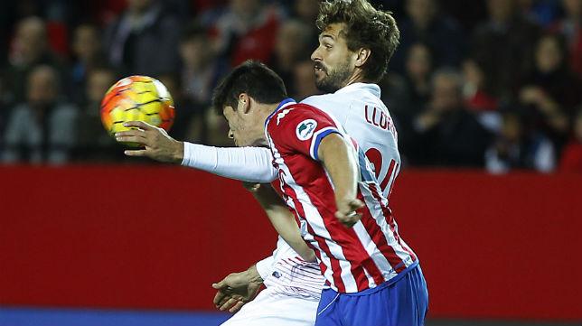 El delantero del Sevilla Llorente disputa un balón en el partido ante el Sporting (Foto: Raúl Doblado)