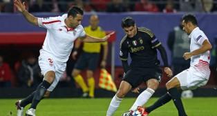 Kolo y Rami tratan de arrebatarle el balón a Morata en el Sevilla-Juventus de la pasada temporada (Foto: EFE)