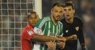 Sergio Rico, en un lance del derbi mirando a Mariano y Westermann (Foto: J. J. Úbeda)