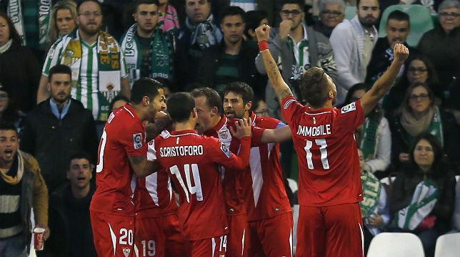 Los jugadores del Sevilla celebran uno de los goles marcados en el Benito Villamarín